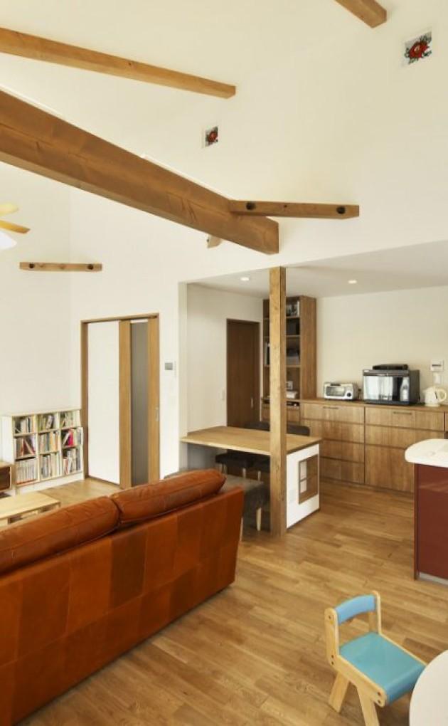 勾配天井と木の梁で広く開放的な家