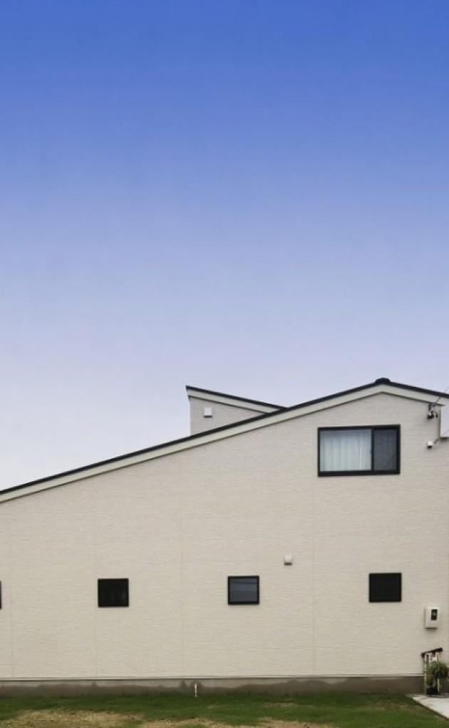 大屋根を活かした勾配天井が印象的な、スタイリッシュモダンの家