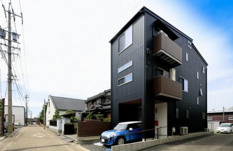 狭小地を最大限に活かした、スタイリッシュな3階建ての家