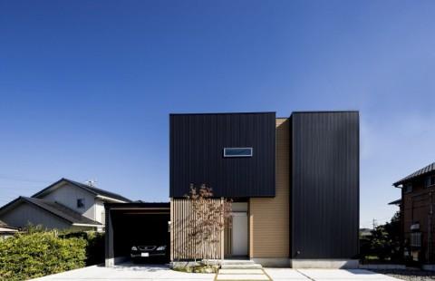 ブラックと木目がスタイリッシュなガレージハウス