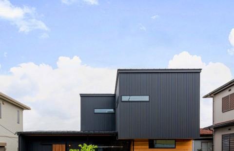 木質感で心地よい空間に包まれる大人モダンな家