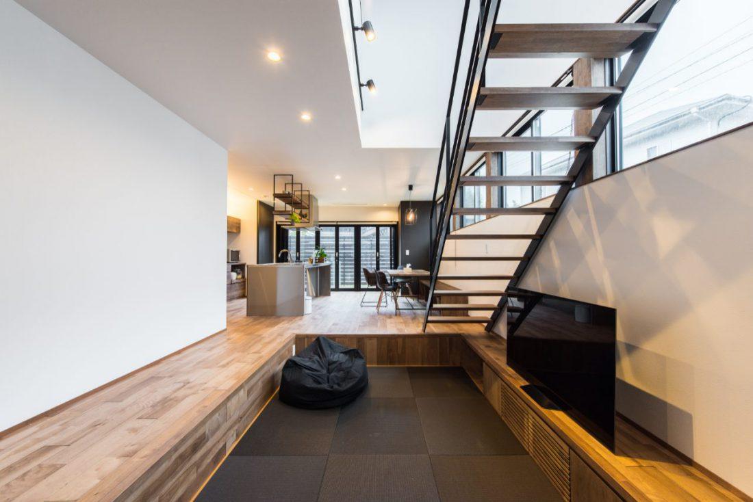 平屋と2階建てが合わさったシンプルデザインの2世帯住宅